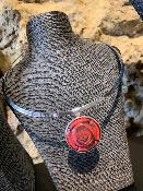 <b>LES FLAMBOYANTES</b><br /><b>COLLIER CAPSULE</b><br />Rose Rouge<br />